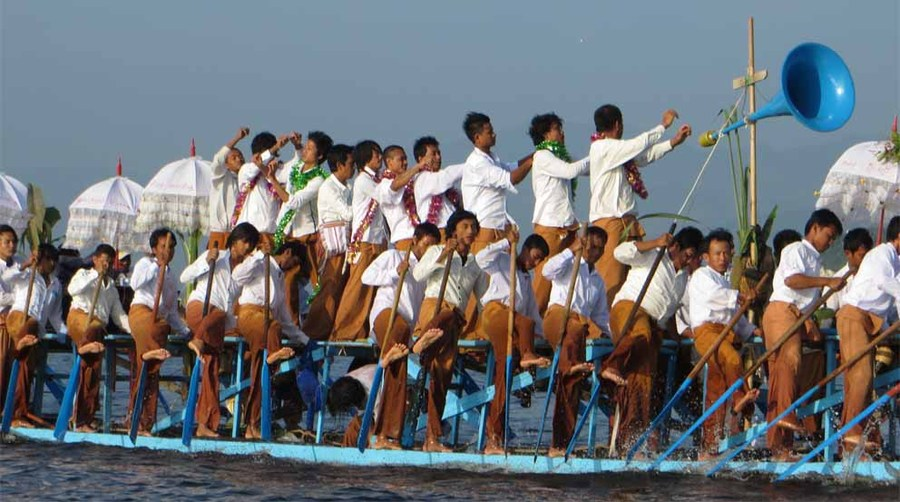 Inle leg rowers in full swing