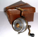AN EXTREMELY RARE &quot;ILLINGWORTH &quot; LIGHT SPINNING REEL WITH MAKERS ORIGINAL BOX, CIRCA 1930'S